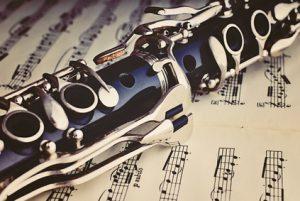 Klarinette auf einem Notenblatt