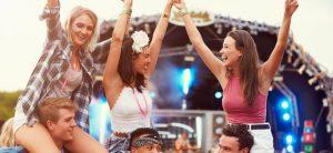 129_webedia-musique-news_6a4_ad4_4ada8294aff528391b20b4bca4_c-est-prouve-aller-a-des-festivals-et-des-concerts-rend-plus-heureux_1282300-des-amis-s-eclatent-a-un-festival-de-mus-orig-1