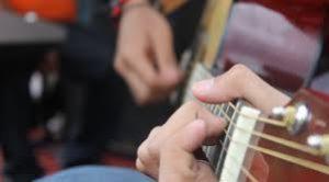 jouer-la-guitare